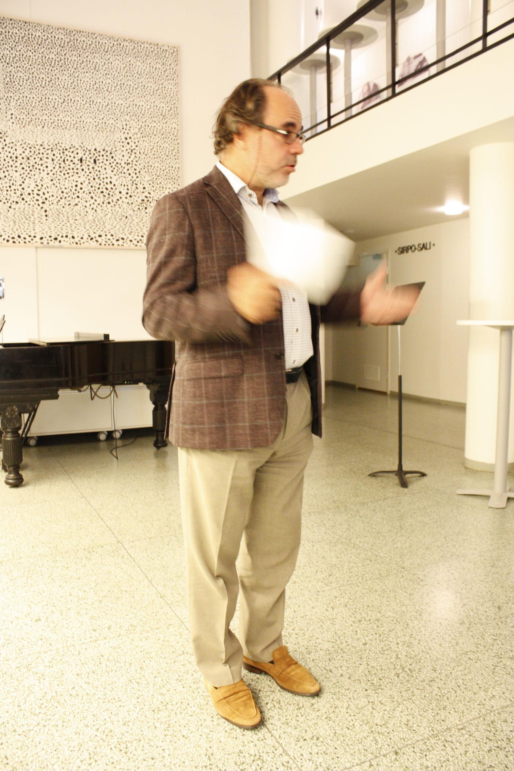 Konsertin juontaja Peter Lönnqvist
