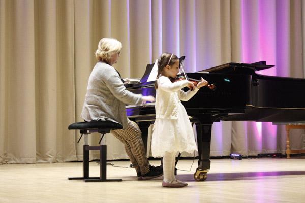 Pieni viulisti Maraton-konsertissa 2020