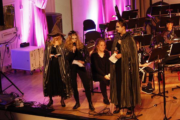 Halloween-konsertin juontajat