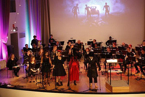 Halloween-laulajat ja orkesteri